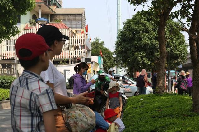 Ôm hoa, vác trẻ, đội nắng đứng ven đường bắt xe về quê nghỉ lễ - Ảnh 5.