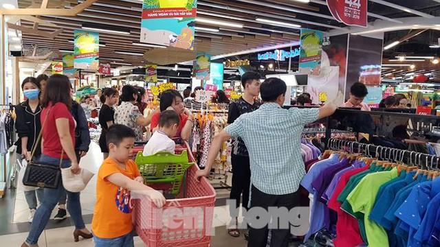 Người dân ùn ùn vào siêu thị mua sắm dịp nghỉ lễ - Ảnh 6.
