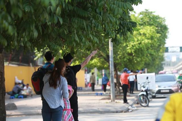 Ôm hoa, vác trẻ, đội nắng đứng ven đường bắt xe về quê nghỉ lễ - Ảnh 6.