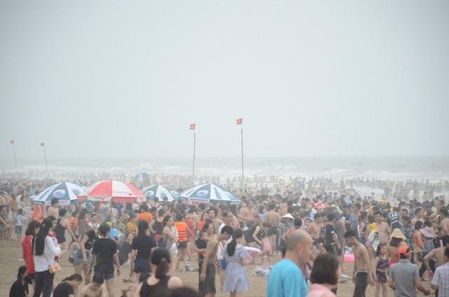 Ảnh: Biển Sầm Sơn đục ngầu, hàng vạn người vẫn chen chúc vui chơi dịp lễ 30/4 - 1/5 - Ảnh 1.