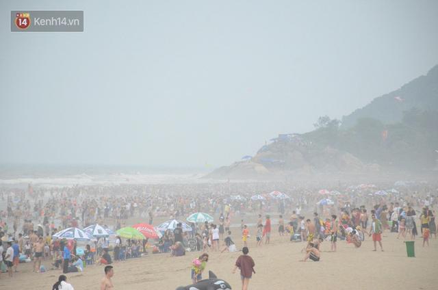Ảnh: Biển Sầm Sơn đục ngầu, hàng vạn người vẫn chen chúc vui chơi dịp lễ 30/4 - 1/5 - Ảnh 2.