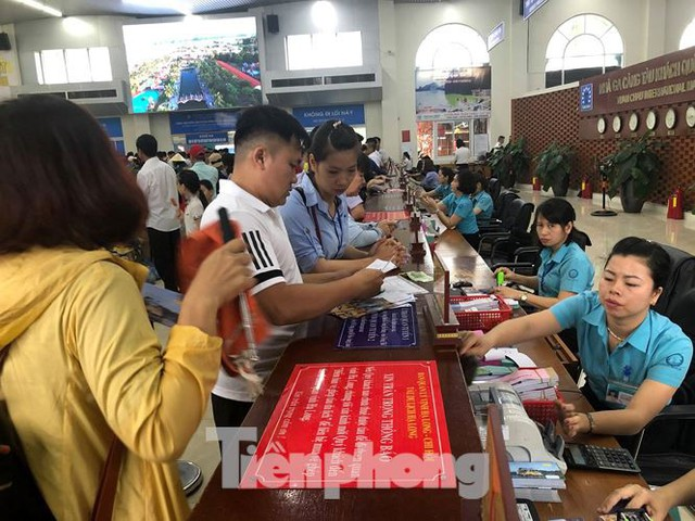 Chen chân mua vé tham quan vịnh Hạ Long bất chấp mưa tầm tã - Ảnh 2.