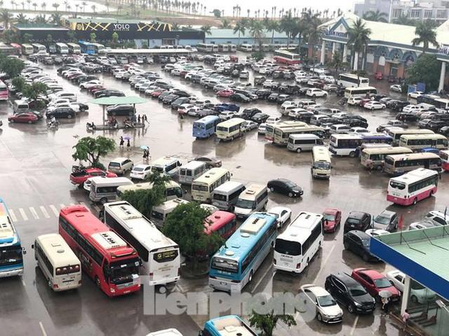 Chen chân mua vé tham quan vịnh Hạ Long bất chấp mưa tầm tã - Ảnh 5.