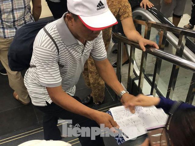 Chen chân mua vé tham quan vịnh Hạ Long bất chấp mưa tầm tã - Ảnh 6.