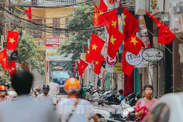 Phố phường Hà Nội rực rỡ cờ đỏ mừng ngày 30/4 - Ảnh 1.