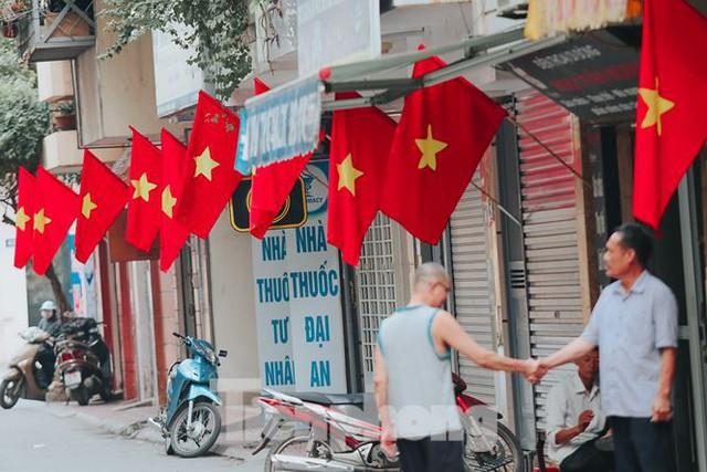 Phố phường Hà Nội rực rỡ cờ đỏ mừng ngày 30/4 - Ảnh 2.