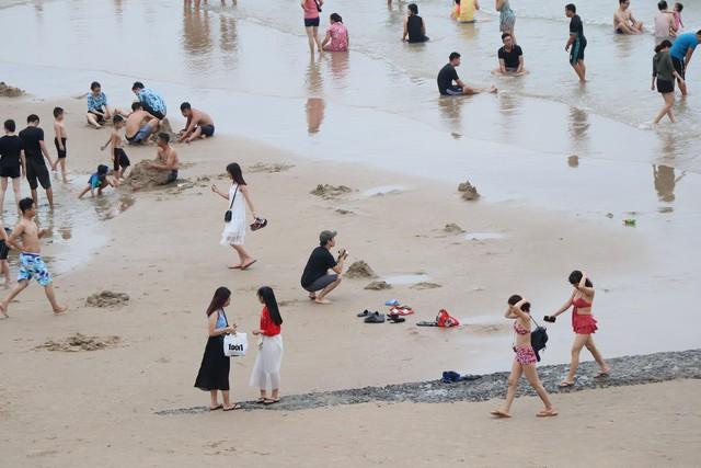Bãi biển Vũng Tàu đông như vỡ trận, du khách nào chụp được ảnh mà chỉ có 1 mình quả là kỳ tích - Ảnh 2.