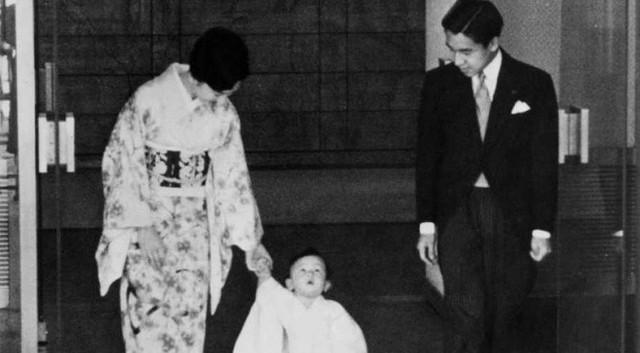 Tuổi thơ phải rời xa cha mẹ từ sớm và cách giáo dục con phá vỡ quy chuẩn Hoàng gia của Nhật hoàng Akihito - Ảnh 1.