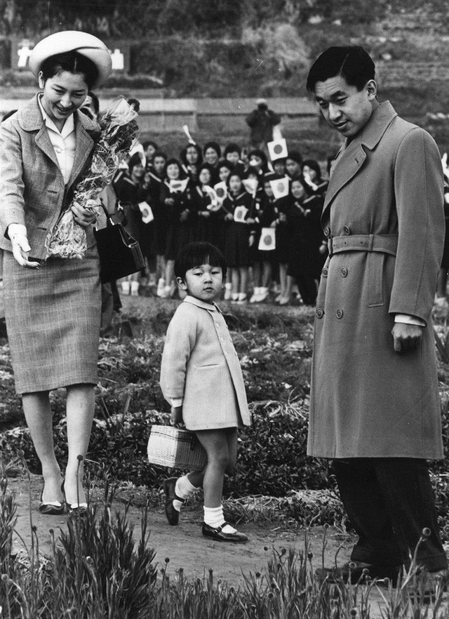 Tuổi thơ phải rời xa cha mẹ từ sớm và cách giáo dục con phá vỡ quy chuẩn Hoàng gia của Nhật hoàng Akihito - Ảnh 2.