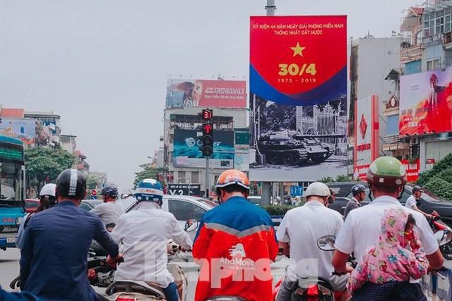 Phố phường Hà Nội rực rỡ cờ đỏ mừng ngày 30/4 - Ảnh 11.