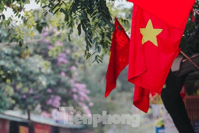 Phố phường Hà Nội rực rỡ cờ đỏ mừng ngày 30/4 - Ảnh 12.
