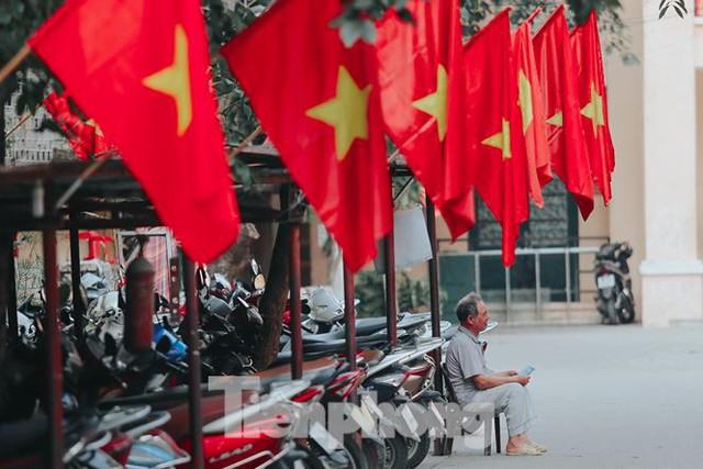 Phố phường Hà Nội rực rỡ cờ đỏ mừng ngày 30/4 - Ảnh 13.