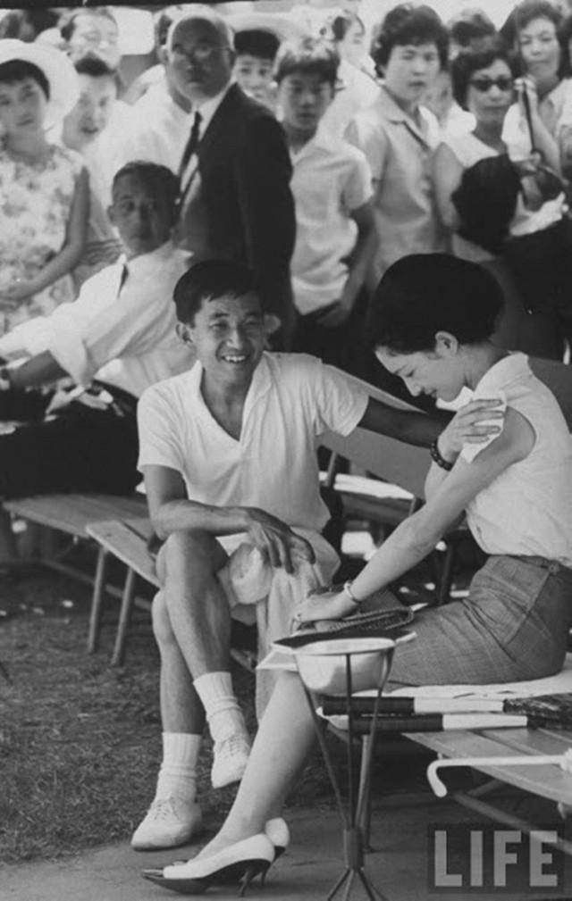 Hơn 60 năm trước, từng có chàng Thái tử Nhật Bản dám cãi lời bố mẹ, quyết cưới vợ thường dân rồi tự vẽ nên chuyện cổ tích khó tin - Ảnh 3.