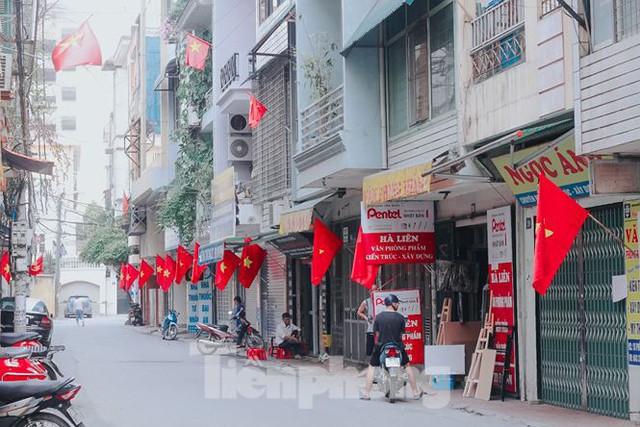 Phố phường Hà Nội rực rỡ cờ đỏ mừng ngày 30/4 - Ảnh 3.