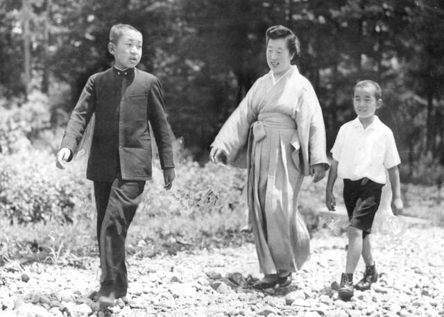 Hành trình 85 năm đi cùng nước Nhật của Nhật hoàng Akihito - Ảnh 4.