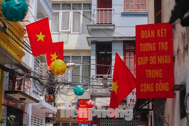 Phố phường Hà Nội rực rỡ cờ đỏ mừng ngày 30/4 - Ảnh 6.