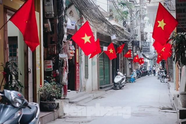 Phố phường Hà Nội rực rỡ cờ đỏ mừng ngày 30/4 - Ảnh 7.
