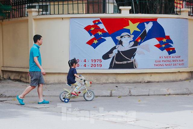 Phố phường Hà Nội rực rỡ cờ đỏ mừng ngày 30/4 - Ảnh 8.