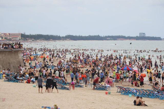 Bãi biển Vũng Tàu đông như vỡ trận, du khách nào chụp được ảnh mà chỉ có 1 mình quả là kỳ tích - Ảnh 8.