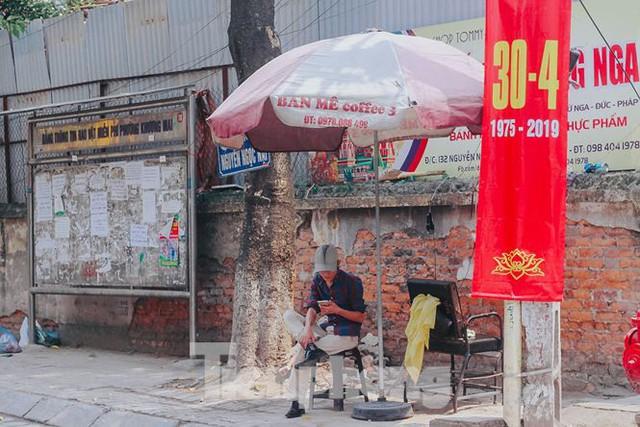 Phố phường Hà Nội rực rỡ cờ đỏ mừng ngày 30/4 - Ảnh 9.