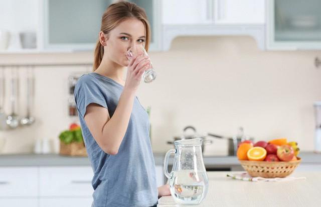 Từ chuyện cô gái 20 tuổi bị ngộ độc nước, xem lại những lưu ý khi uống nước mà bất kì ai cũng phải biết - Ảnh 1.