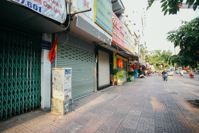 Sài Gòn bình yên lạ thường, đường phố vắng bóng phương tiện trong những ngày nghỉ lễ 30/4 - 1/5 - Ảnh 12.