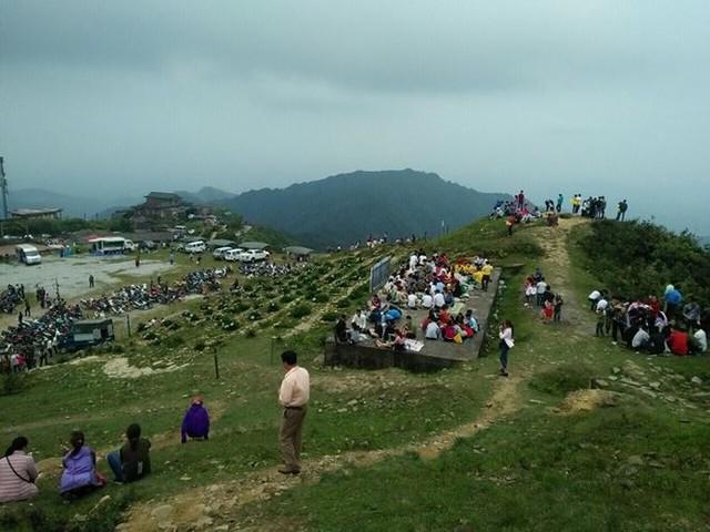 Người dân ùn ùn đổ về ngắm hoa, đường lên Mẫu Sơn tắc hàng km - Ảnh 2.