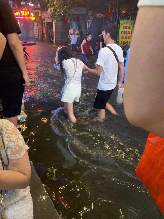 Hà Nội mưa lớn dịp nghỉ lễ 30/4-1/5, nhiều tuyến phố biến thành sông, khách Tây lội bì bõm - Ảnh 11.