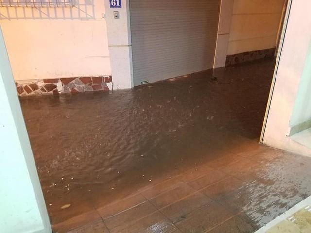 Hà Nội mưa lớn dịp nghỉ lễ 30/4-1/5, nhiều tuyến phố biến thành sông, khách Tây lội bì bõm - Ảnh 12.