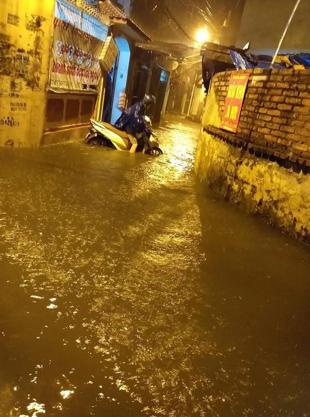 Hà Nội mưa lớn dịp nghỉ lễ 30/4-1/5, nhiều tuyến phố biến thành sông, khách Tây lội bì bõm - Ảnh 14.