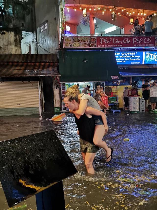Hà Nội mưa lớn dịp nghỉ lễ 30/4-1/5, nhiều tuyến phố biến thành sông, khách Tây lội bì bõm - Ảnh 3.