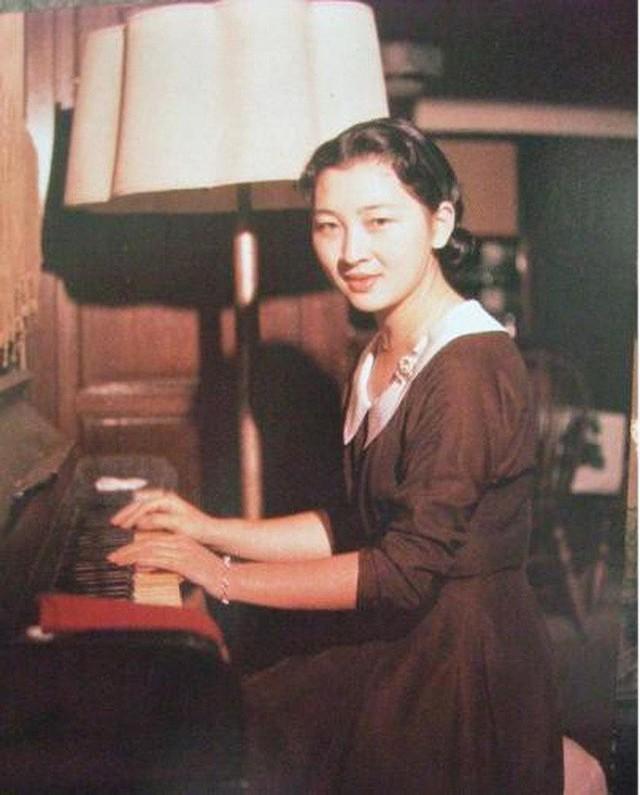 Hoàng hậu Michiko: Nữ nhân xuất thân thường dân vĩ đại nhất cung điện Nhật, tài sắc vẹn toàn khiến nhà vua say đắm suốt hơn 60 năm - Ảnh 3.