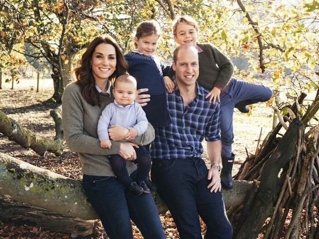 """Cung điện hoàng gia Anh đăng ảnh kỷ niệm 8 năm kết hôn của vợ chồng Công nương Kate nhưng bình luận của người hâm mộ mới khiến cặp đôi này """"run rẩy"""" - Ảnh 3."""