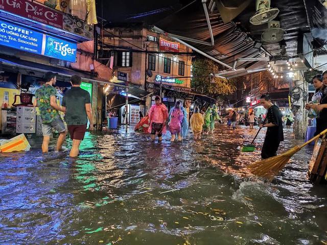 Hà Nội mưa lớn dịp nghỉ lễ 30/4-1/5, nhiều tuyến phố biến thành sông, khách Tây lội bì bõm - Ảnh 5.