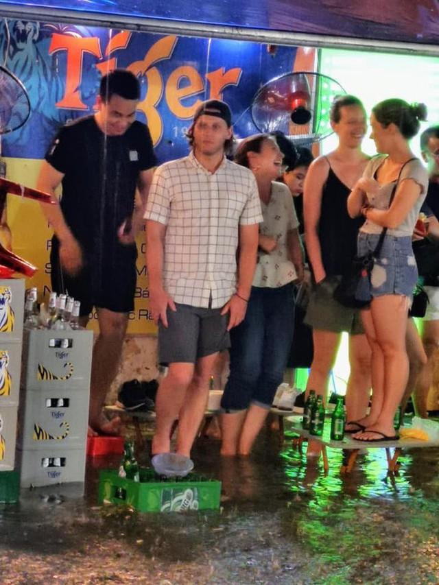 Hà Nội mưa lớn dịp nghỉ lễ 30/4-1/5, nhiều tuyến phố biến thành sông, khách Tây lội bì bõm - Ảnh 6.