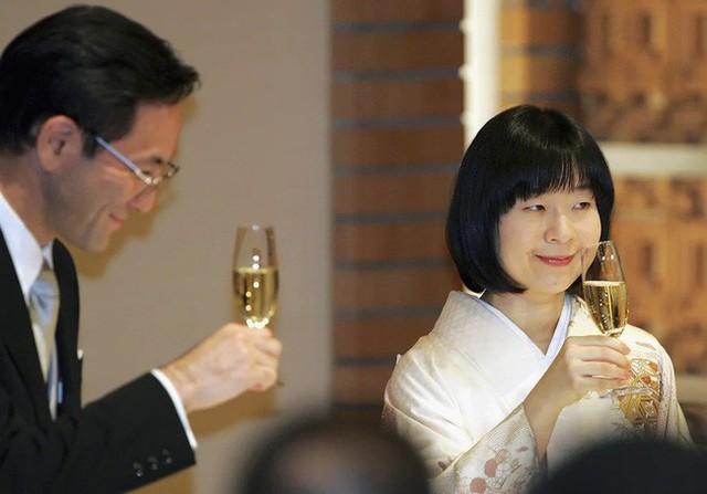 Công chúa Sayako: Chấp nhận từ bỏ cuộc sống cá chậu chim lồng trong cung điện chạy theo chàng trai mồ côi khiến nước Nhật nể phục - Ảnh 6.