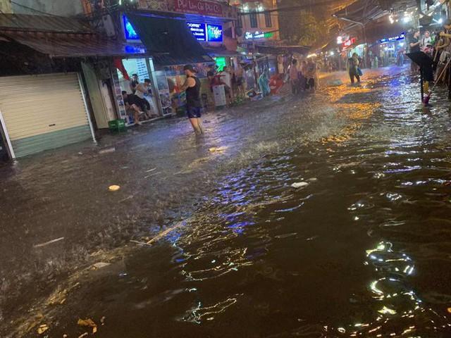 Hà Nội mưa lớn dịp nghỉ lễ 30/4-1/5, nhiều tuyến phố biến thành sông, khách Tây lội bì bõm - Ảnh 7.