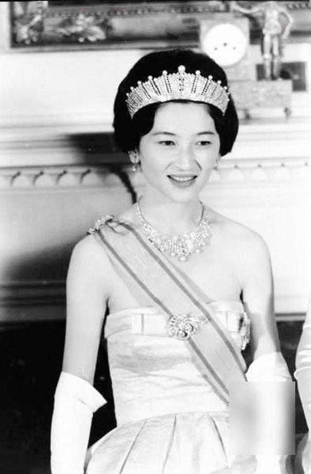 Hoàng hậu Michiko: Nữ nhân xuất thân thường dân vĩ đại nhất cung điện Nhật, tài sắc vẹn toàn khiến nhà vua say đắm suốt hơn 60 năm - Ảnh 7.
