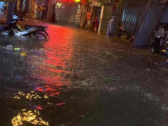 Hà Nội mưa lớn dịp nghỉ lễ 30/4-1/5, nhiều tuyến phố biến thành sông, khách Tây lội bì bõm - Ảnh 8.