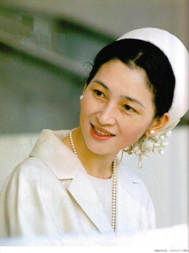 Hoàng hậu Michiko: Nữ nhân xuất thân thường dân vĩ đại nhất cung điện Nhật, tài sắc vẹn toàn khiến nhà vua say đắm suốt hơn 60 năm - Ảnh 8.