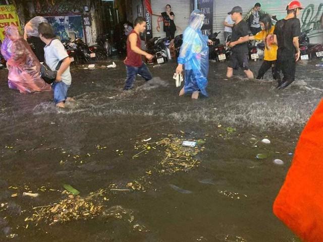 Hà Nội mưa lớn dịp nghỉ lễ 30/4-1/5, nhiều tuyến phố biến thành sông, khách Tây lội bì bõm - Ảnh 9.