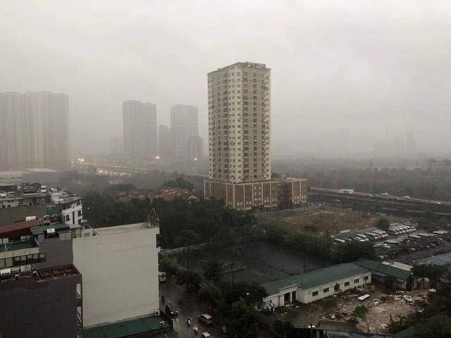 Trời Hà Nội tối đen, mưa như trút nước vào đúng giờ cao điểm sáng - Ảnh 1.