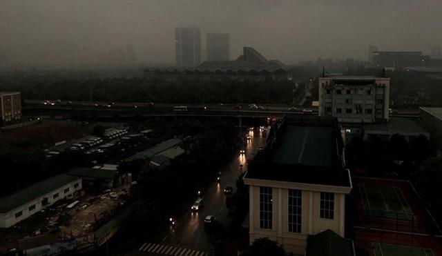 Trời Hà Nội tối đen, mưa như trút nước vào đúng giờ cao điểm sáng - Ảnh 2.