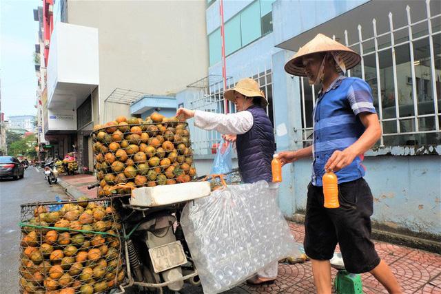 Đổ xô bán nước cam ép nguyên chất giá siêu rẻ, tiểu thương thu tiền triệu mỗi ngày - Ảnh 1.