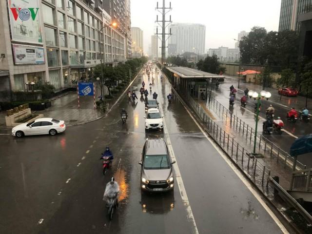 Trời Hà Nội tối đen, mưa như trút nước vào đúng giờ cao điểm sáng - Ảnh 12.