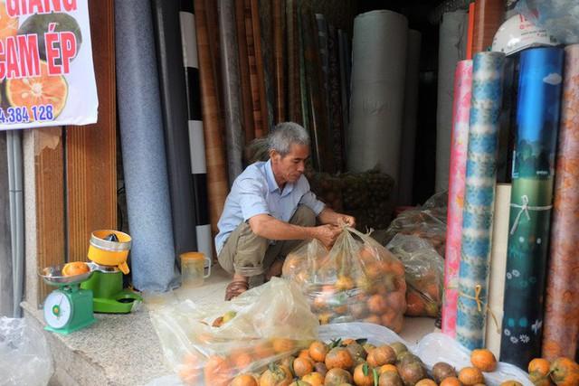 Đổ xô bán nước cam ép nguyên chất giá siêu rẻ, tiểu thương thu tiền triệu mỗi ngày - Ảnh 12.