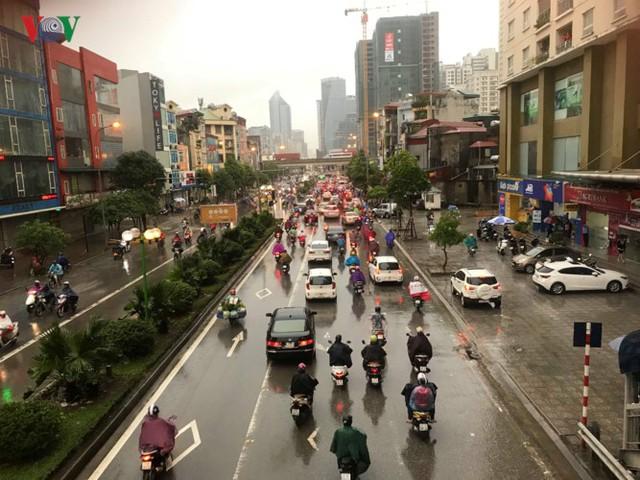 Trời Hà Nội tối đen, mưa như trút nước vào đúng giờ cao điểm sáng - Ảnh 16.