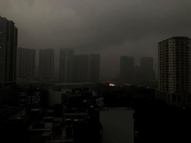 Trời Hà Nội tối đen, mưa như trút nước vào đúng giờ cao điểm sáng - Ảnh 3.