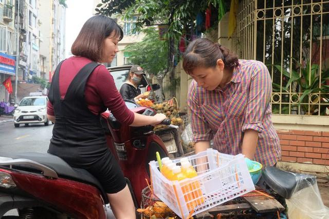 Đổ xô bán nước cam ép nguyên chất giá siêu rẻ, tiểu thương thu tiền triệu mỗi ngày - Ảnh 3.
