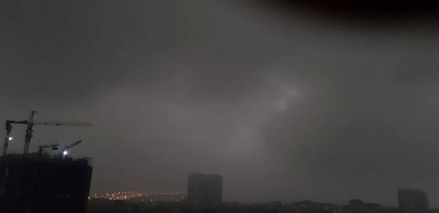 Trời Hà Nội tối đen, mưa như trút nước vào đúng giờ cao điểm sáng - Ảnh 4.